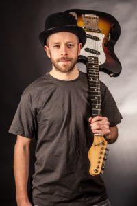 mann mit hut und e gitarre